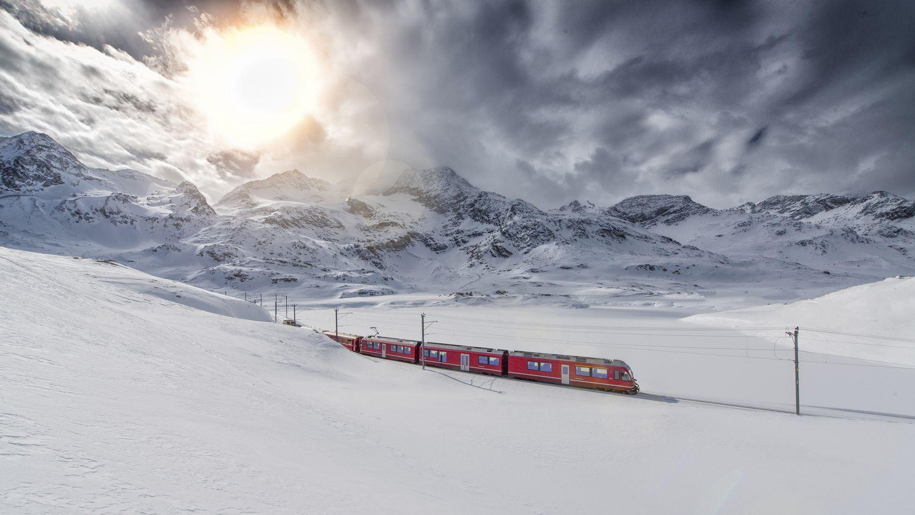 Schweizer Berg Zug Bernina Express uberkreuzten durch die